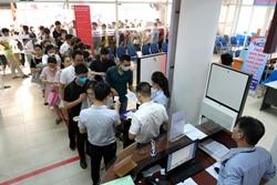 Hà Nội Hàng trăm người xếp hàng từ sáng sớm làm thủ tục hưởng trợ cấp thất nghiệp